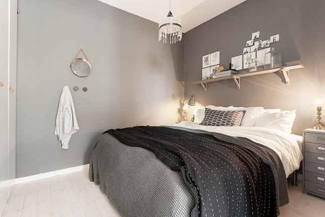小小的公寓只有五十平米,為了空間看起來寬敞舒適,設計一個臥室很適合剛結婚沒有孩子的家庭;整個居 室以灰色為主,很有特色的皮革家具拉手、黑色縫隙的瓷磚、餐桌混搭的餐椅以及時尚前衛的吊燈都讓人稱 贊的地方是居室設計的靈魂所在,更加令人驚喜的是居室的每一個想得到的地方,都讓綠色的植物裝飾,讓 整個居室充滿清新活力,帶來大自然氧吧,一起來看看吧!