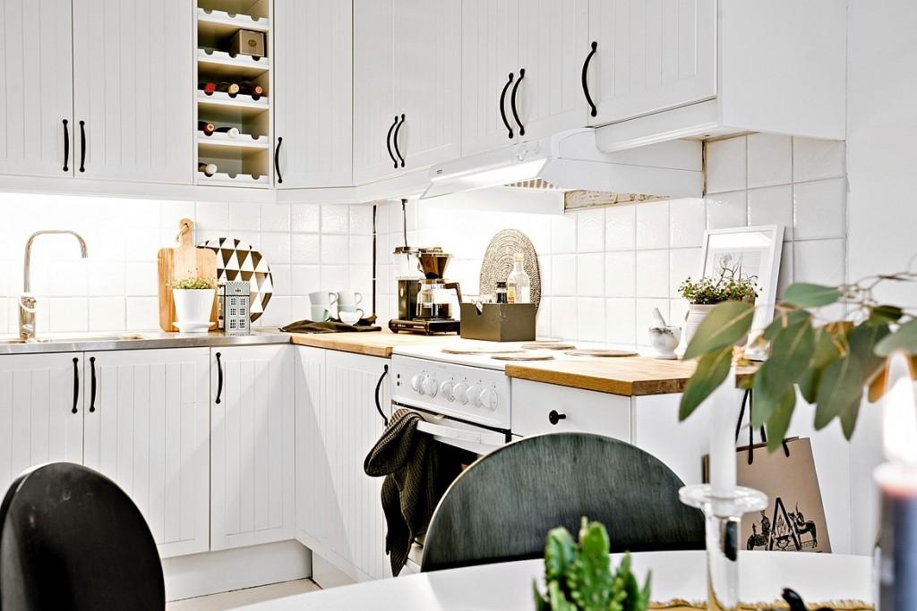 整体的白色橱柜和吊柜让空间看起来非常的统一